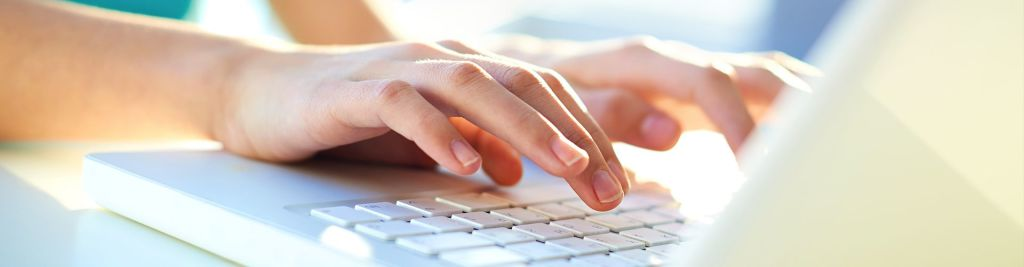 mujer-escribiendo-portatil
